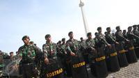 Pasukan TNI berbaris saat mengikuti apel kesiapsiagaan pengamanan tahap kampanye Pilkada Serentak 2017 di Lapangan Silang Monas, Jakarta, Rabu (2/11). Apel bersama itu diikuti ribuan personil gabungan TNI-Polri. (Liputan6.com/Immanuel Antonius)