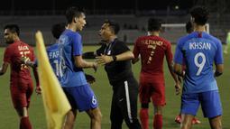 Asisten pelatih Singapura U-22, Noh Alam Shah, melerai pemainnya saat bersitegang dengan pemain Timnas Indonesia U-22 pada laga SEA Games 2019 di Stadion Rizal Memorial, Manila, Kamis (28/11). Indonesia menang 2-0 atas Singapura. (Bola.com/M Iqbal Ichsan)
