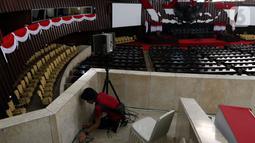 Pekerja menata Ruang Rapat Paripurna I di kompleks Parlemen MPR-DPR RI, Senayan, Jakarta, Rabu (16/10/2019). Ruang paripurna DPR tampak dihias menjelang pelantikan presiden dan wapres terpilih pada 20 Oktober mendatang. (Liputan6.com/Johan Tallo)
