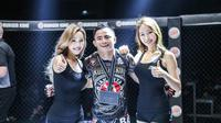 Stefer Rahadian berpose bersama ring girl ONE Championship (Dok One)