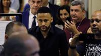 Bintang timnas Brasil, Neymar meninggalkan kantor polisi di Rio de Janeiro, Kamis (6/6/2019). Kedatangan Neymar untuk memberikan keterangan terkait menyebarkan foto dan percakapan pribadi dengan perempuan yang menudingnya melakukan pemerkosaan ke media sosial. (AP/Leo Correa)