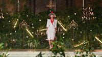 Bella Hadid mengenakan busana rancangan Rodarte untuk Fall/Winter 2020 pada New York Fashion Week: The Shows di New York City, Selasa (11/2/2020). Bella Hadid seolah-olah kembali ke era tahun 50an dalam balutan gaun polkadot merah dan putih dengan kerudung yang menutupi wajahnya. (Angela Weiss/AFP)