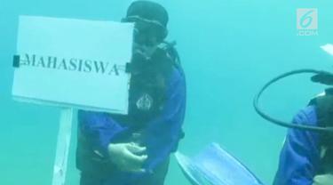 Sebuah perguruan tinggi di Manado melakukan wisuda untuk 24 mahasiswanya di dalam laut. Aksi ini sebagai wujud rasa cinta akan laut.