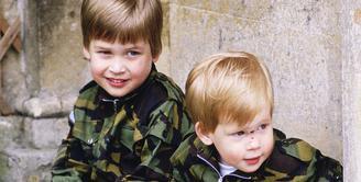 Pangeran William dan Harry saat memakai baju tentara. Gemas banget ya! (Tim Graham/Getty Images/USMagazine)