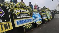 Karangan bunga untuk Ani Yudhoyono di Taman Makam Pahlawan Kalibata, Jakarta Selatan, Minggu (2/6/2019). (Liputan6.com/ Yopi Makdori)