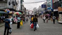 Suasana kawasan pusat perbelanjaan di Jalan Dalem Kaum, Kota Bandung terlihat lengang pengunjung pada Rabu (12/5/2021). (Liputan6.com/Huyogo Simbolon)