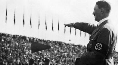 Adolf Hitler ketika memberikan hormat ala Nazi