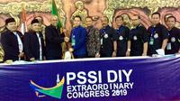 Ahmad Syauqi Soeratno (keempat dari kiri), terpilih sebagai Ketua Umum Asprov PSSI DIY periode 2019-2023. (Bola.com/Vincentius Atmaja)