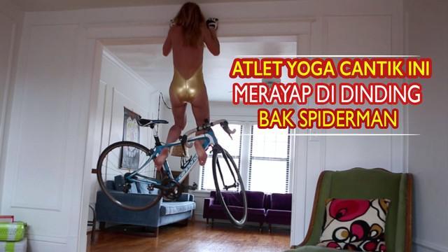Video atlet yoga cantik yang memeragakan gerakan sulit seperti merayap di dinding dan mengangkat sepeda secara akrobatik.