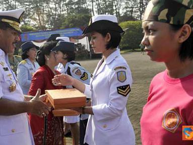 Citizen6, Jakarta: Panglima TNI Laksamana TNI Agus Suhartono, S.E., membuka apel bersama wanita TNI yang diikuti oleh 300 peserta di Lapangan Mabes TNI AU, Jakarta, Kamis (21/4). (Pengirim: Badarudin Bakri Badar)