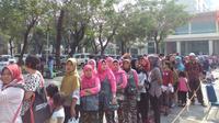 Antrean masyarakat yang menunggu jatah laksa gratis (Liputan6.com/Achmad Sudarno)