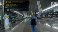 Seseorang mengenakan alat pelindung diri saat berada di Terminal 2F Terminal 3 Bandara Soekarno Hatta, Tangerang, Jumat (24/4/2020). Penghentian sementara penerbangan komersil baik dalam maupun luar negeri untuk mencegah penyebaran COVID-19 berlaku 24 April-1 Juni 2020. (merdeka.com/Imam Buhori)