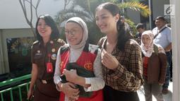 Terdakwa kasus dugaan penyebaran berita bohong atau hoaks Ratna Sarumpaet didampingi putrinya, Atiqah Hasiholan menuju ruang sidang PN Jakarta Selatan, Kamis (25/4). Sidang tersebut dengan agenda pemeriksaan saksi ahli yang dihadirkan oleh Jaksa Penuntut Umum (JPU). (Liputan6.com/Herman Zakharia)