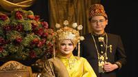 Cut Meyriska dan Roger Danuarta mengenakan busana khas pengantin Aceh saat dalam foto prewedding (Dok.Instagram/@doleytobing/https://www.instagram.com/p/B0ddX6MhdlE/Komarudin)