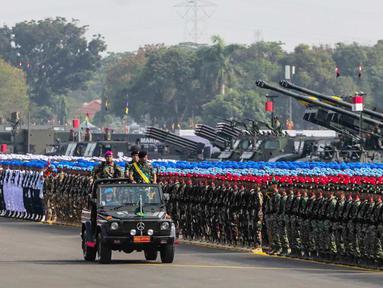 Pemimpin upacara memeriksa pasukannya saat mengikuti gladi bersih HUT ke-74 TNI di Lanud Halim Perdanakusuma, Jakarta, Kamis (3/10/2019). Tema HUT kali ini adalah 'TNI Profesional Kebanggaan Rakyat'. (Liputan6.com/Faizal Fanani)