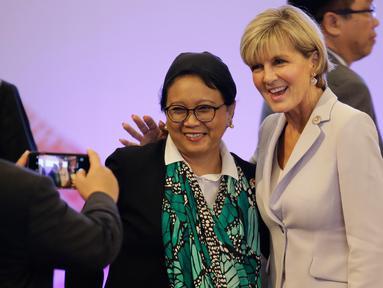 Menteri Luar Negeri Indonesia Retno Marsudi (tengah) foto bersama dengan Menteri Luar Negeri Australia Julie Bishop (kanan) saat menghadiri Pertemuan Menteri Luar Negeri Asean ke-7 di Manila, Filipina (7/8). (AFP Photo/Pool/Aaron Favila)