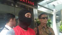 Tersangka pembobolan ATM, Ramyadjie Priambodo dikirim ke Kejaksaan. (Ronald/Merdeka.com)