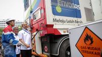 Direktur Jenderal Minyak dan Gas Bumi, IGN Wiratmaja Puja (kanan) dan Dirut Pertamina Dwi Soetjipto saat peresmian Mobile Refueling Unit (MRU) atau SPBG yang dapat berpindah lokasi, di Lapangan Banteng, Jakarta, Senin (16/11). (Liputan6.com/Faizal Fanani)