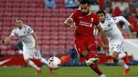 Pemain Liverpool, Mohamed Salah saat mengeksekusi tendangan penalti kala bersua Leeds United, Sabtu (12/9/2020). (AFP / PHIL NOBLE)