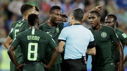 Para pemain Nigeria melakukan protes kepada wasit saat pertandingan melawan Kroasia pada laga Piala Dunia di Stadion Kaliningrad, Rusia, Minggu (17/6/2018). Kroasia menang 2-0 atas Nigeria. (AP/Petr David Josek)
