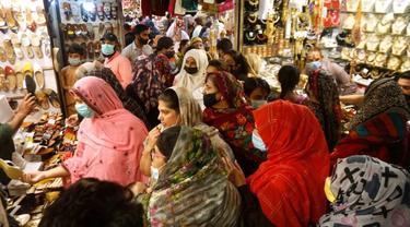 Orang-orang di Lahore, Pakistan, berbelanja untuk liburan Idul Fitri.