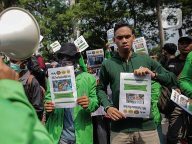 Sejumlah elemen masyarakat dan mahasiswa menggelar aksi Solidaritas untuk Muslim Uighur di depan Kedutaan Besar China di Jakarta, Jumat (20/12/2019). Mereka mengecam dan mengutuk keras penindasan terhadap muslim Uighur di China. (Liputan6.com/Faizal Fanani)