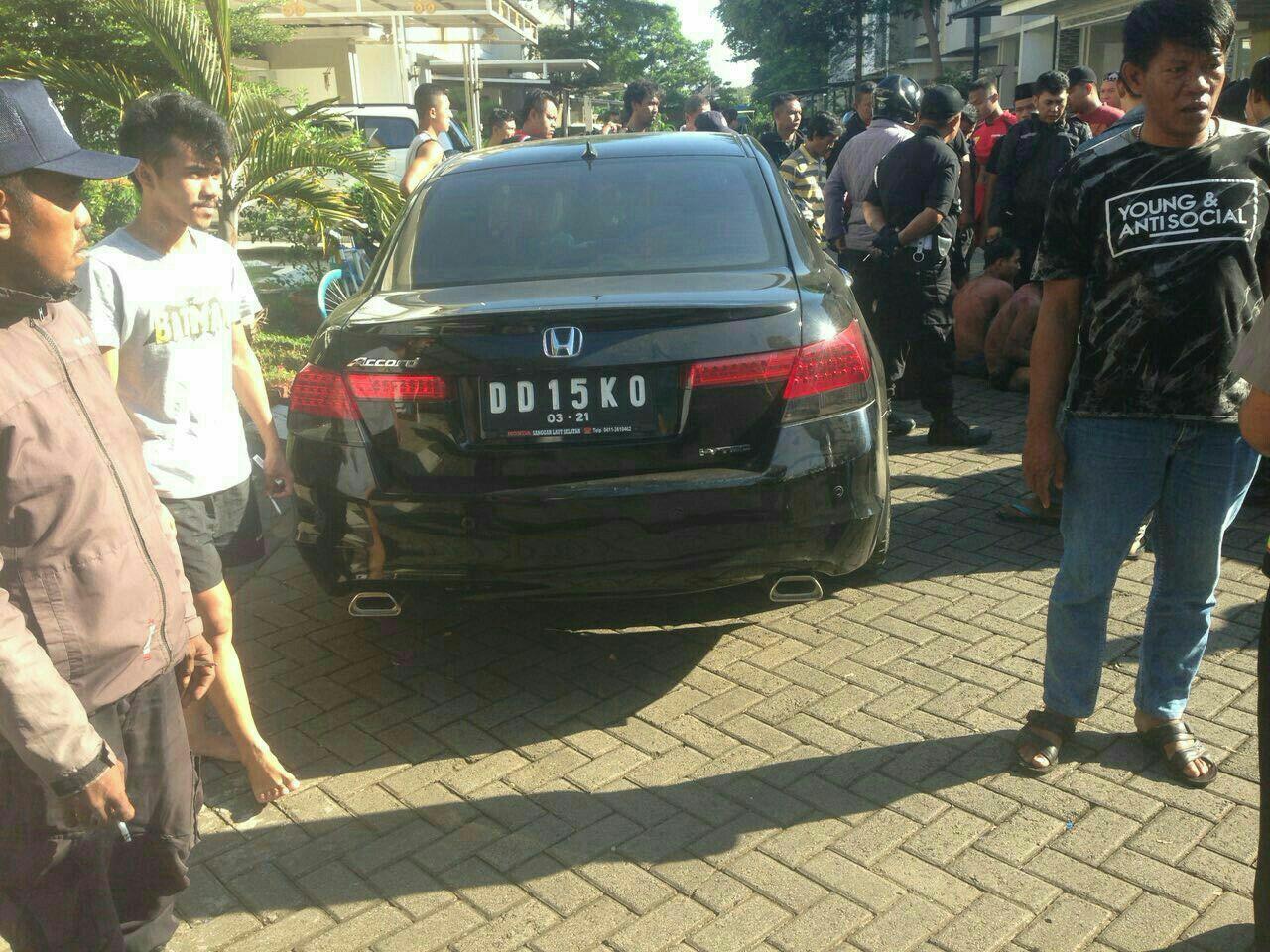Mobil yang diduga dikendarai sopir pelaku tabrak lari yang menyebabkan tiga pemuda lebam-lebam. (Liputan6.com/Fauzan)