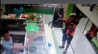 Viral pria yang mengenakan pakaian organisasi masyarakat tertentu menenteng celurit dan diperlihatkan ke pemilik warung. (Liputan6.com/Ady Anugrahadi)