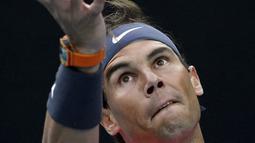 Petenis Spanyol, Rafael Nadal meservis bola saat bertanding melawan Nick Kyrgios dari Australia selama pertandingan tunggal putaran keempat di kejuaraan tenis Australia Terbuka di Melbourne, Australia (27/1/2020). Rafael Nadal menang dengan skor 6-3, 3-6, 7-6 (6), 7-6 (4). (AP Photo/Andy Wong)