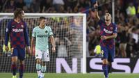 Striker Barcelona, Luis Suarez, merayakan gol yang dicetaknya ke gawang Inter Milan pada laga Liga Champions di Stadion Camp Nou, Barcelona, Rabu (2/10). Barcelona menang 2-1 atas Inter. (AFP/Josep Lago)