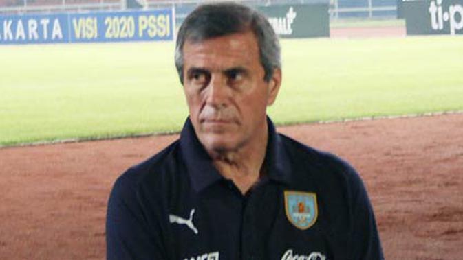 Pelatih Timnas Uruguay, Oscar Tabarez, di sela-sela latihan anak-anak asuhannya di Gelora Bung Karno, 7 Oktober 2010, jelang laga persahabatan melawan Indonesia. MARISSA ANGGIE ARIANI