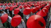 Guru sekolah antikudeta mengenakan seragam dan topi tradisional Myanmar saat berpartisipasi dalam demonstrasi di Mandalay, Myanmar, Rabu (3/3/2021). Demonstran di Myanmar turun ke jalan lagi pada hari Rabu untuk memprotes perebutan kekuasaan bulan lalu oleh militer. (AP Photo)