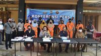 Kapolres Indragiri Hulu AKBP Efrizal dan tersangka bisnis narkoba di Desa Kuantan Babu. (Liputan6.com/M Syukur)