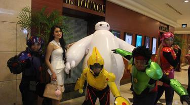Sandra Dewi berfoto bersama para cosplay karakter film Big Hero 6 di Plaza Senayan XXI, Jakarta, Kamis (6/11/2014) (Liputan6.com/Gilar Ramdhani)