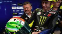 Pembalap Monster Energy Yamaha Valentino Rossi mengagumi helm untuk MotoGP Italia 2019. (Twitter)