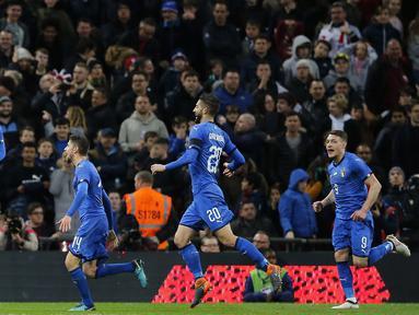 Lorenzo Insigne (kiri) merayakan gol ke gawang Inggris pada laga uji coba di Wembley Stadium, London, (27/3/2018). Italia tahan imbang Inggris 1-1. (AP/Alastair Grant)