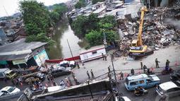Kemacetan tersebut terjadi akibat penutupan sebagian jalan terkait adanya pembongkaran bangunan yang bersebelahan dengan bantaran Sungai Ciliwung, Jakarta Timur, Kamis (28/8/2014) (Liputan6.com/Faizal Fanani)