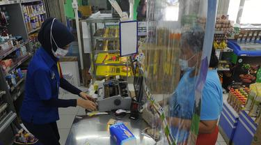 Antisipasi Corona, Minimarket di Depok Ini Pasang Plastik Pembatas