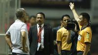 Manajer Madura United, Haruna Soemitro, diusir wasit saat pertandingan melawan PS TNI pada laga Liga 1 Indonesia di Stadion Pakansari, Bogor, Senin (18/9/2017). Madura United menang 3-2 atas PS TNI. (Bola.com/M Iqbal Ichsan)
