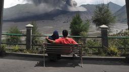 Wisatawan menyaksikan erupsi Gunung Bromo di kawasan Ngadisari, Probolinggo, Jawa Timur, Senin (25/3). Kawasan Gunung Bromo tetap aman dikunjungi wisatawan selama tidak memasuki jarak radius 1 kilometer dari kawah. (merdeka.com/Arie Basuki)