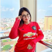 6 Potret Via Vallen Pakai Jersey Manchester United, Makin Cantik Saja (sumber: Instagram/viavallen)