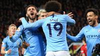 Penyerang Manchester City, Leroy Sane (kedua kanan) , berselebrasi setelah mencetak gol ke gawang Manchester United dalam laga lanjutan Liga Inggris di Stadion Old Trafford, Rabu (24/4). Laga Man United vs Man City berakhir dengan kemenangan 2-0 untuk tim asuhan Josep Guardiola. (AP/Jon Super)