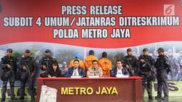Kabid Humas Polda Metro Jaya Kombes Pol Argo Yuwono (tengah) menyampaikan keterangan terkait kasus istri bunuh dan bakar suami serta anak tiri di Polda Metro Jaya, Jakarta, Senin (2/9/2019). Polisi membekuk empat tersangka terkait pembunuhan ECP dan MAP. (Liputan6.com/Immanuel Antonius)