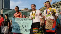 Sejumlah wanita saat mengikuti pawai budaya memperingati Hari Internasional Masyarakat Adat se-Dunia di Bundaran HI, Jakarta, Minggu (7/8). (Liputan6.com/Angga Yuniar)