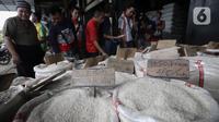 Warga saat antre membeli beras di Pasar Induk Cipinang, Jakarta, Rabu (18/3/2020). Kabareskrim Polri Irjen Listyo Sigit memastikan stok sembako, seperti beras dan gula, untuk wilayah Jakarta cukup sampai dua bulan ke depan. (merdeka.com/Iqbal Nugroho)