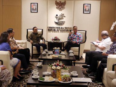 Menteri Sosial Agus Gumiwang Kartasasmita (kanan) berbincang dengan Dirut Indosiar Imam Sudjarwo (kiri) dan jajaran Emtek Group di Kementerian Sosial, Jakarta, Selasa (18/12). Kunjungan itu membahas kerja sama di sektor media. (Liputan6.com/JohanTallo)