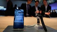 Smartphone Huawei Mate20 dan Huawei Watch GT ditampilkan dalam gelaran Mobile World Congress (MWC) 2019 di Barcelona, Spanyol, Senin (25/2). (Josep LAGO/AFP)