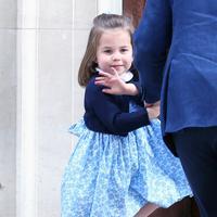 Putri Charlotte mengunjungi Lindo Wing, tempat Kate Middleton melahirkan di Rumah Sakit St Mary's, London, Senin (23/4). Putri Charlotte Charlotte memakai gaun mini berwarna biru muda dengan tambahan kardigan biru navy. (AP Photo)