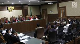 Majelis Hakim mendengarkan keterangan saksi dalam sidang lanjutan perkara suap dan gratifikasi dengan terdakwa Zumi Zola di Pengadilan Tipikor Jakarta, Kamis (10/10). Jaksa Penuntut Umum (JPU) menghadirkan 9 saksi. (Liputan6.com/Herman Zakharia)