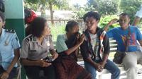 Sebelum gantung diri, kepada istrinya korban sempat mengeluh sakit kepala karena mengingat nasib ketiga anaknya yang masih sekolah. (Liputan6.com/Ola Keda).